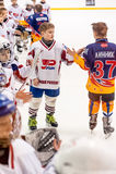 儿童曲棍球 球员问候在比赛以后的 免版税库存照片
