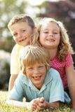 儿童有乡下的乐趣 免版税库存照片