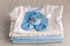 儿童有尿布的` s衣裳被堆积 免版税库存照片
