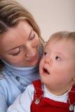 儿童有残障的母亲 免版税图库摄影