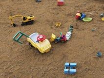 儿童有沙盒和玩具的,放松公园` s操场 Familie地方 免版税库存图片