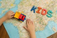 儿童有玩具卡车的` s手 免版税图库摄影