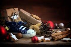 儿童有甜点和礼物的` s鞋子为在De的圣尼古拉斯天 免版税库存照片