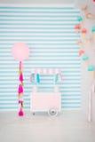 儿童有甜点的` s区域:棒棒糖、冰淇凌、macarons、气球和棒棒糖 有蓝色条纹的儿童居室 库存照片