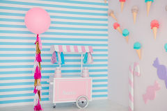 儿童有甜点的` s区域:棒棒糖、冰淇凌、macarons、气球和棒棒糖 有蓝色条纹的儿童居室 库存图片