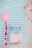 儿童有甜点的` s区域:棒棒糖、冰淇凌、macarons、气球和棒棒糖 有蓝色条纹的儿童居室 免版税库存图片