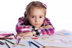 儿童有草图的一位艺术家 免版税库存图片