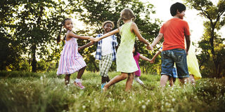 儿童朋友男孩女孩嬉戏的自然快乐的概念 免版税库存照片