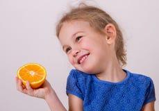 儿童果子女孩愉快的家庭小的桔子 免版税库存照片