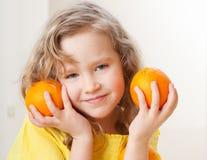儿童果子女孩愉快的家庭小的桔子 库存照片