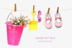 儿童桶穿上鞋子太阳镜 免版税图库摄影