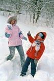 儿童母亲作用雪 免版税库存照片