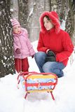 儿童母亲公园冬天 免版税库存照片