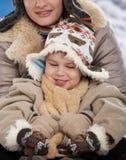 儿童母亲冬天 免版税库存照片
