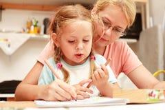 儿童母亲绘画 免版税库存照片