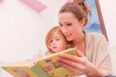 儿童母亲读书 免版税库存照片