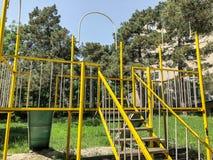 儿童比赛的` s操场 在居民住房附近电烙建筑在庭院里 春天在城市 库存图片