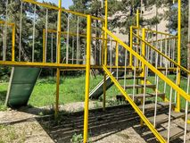 儿童比赛的` s操场 在居民住房附近电烙建筑在庭院里 春天在城市 库存照片
