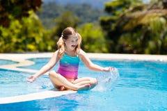 儿童池体育运动游泳水 与孩子的暑假 图库摄影