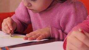 儿童油漆铅笔 在纸的两个小女孩凹道与蜡笔 库存例证
