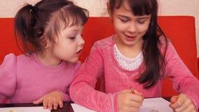 儿童油漆铅笔 在纸的两个小女孩凹道与蜡笔 皇族释放例证
