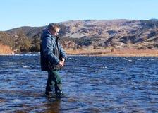 儿童渔-用假蝇钓鱼在一条大河 库存照片