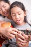 儿童游戏吉他 库存图片