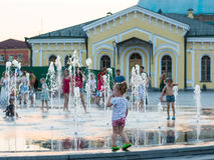 儿童游戏和飞溅在城市` s喷泉在正方形 社论 08 03 2017年 免版税库存图片