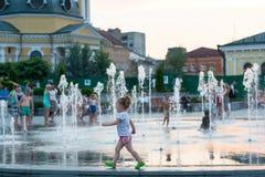 儿童游戏和飞溅在城市` s喷泉在正方形 社论 08 03 2017年 免版税库存照片