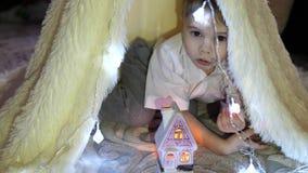 儿童游戏在一个帐篷的儿童房间有圣诞灯的 愉快的童年 影视素材