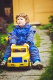 儿童游戏在公园的一辆玩具汽车 库存照片