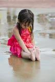 儿童游戏在城市给水公园演奏地面 免版税库存图片