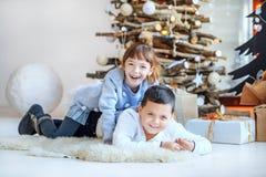 儿童游戏在屋子里 背景兄弟查出的姐妹白色 概念愉快的Chr 免版税图库摄影