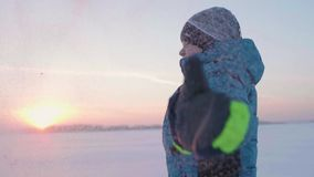 儿童游戏在户外冬天,奔跑,在上面投掷雪 美好的日落 活跃户外运动 影视素材
