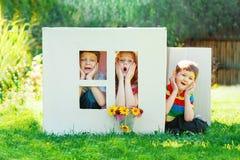 儿童游戏在房子里由纸板箱制成 库存照片
