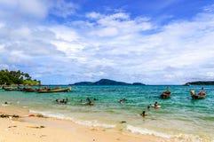 儿童游戏在海滩,普吉岛,泰国的海 库存照片