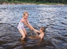 儿童游戏在水中 库存照片