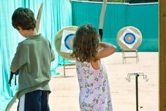 儿童游戏射箭 库存图片