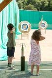 儿童游戏射箭 免版税库存图片