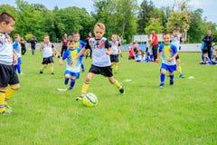 儿童游戏橄榄球保加利亚瓦尔纳16 05 2018年 免版税库存照片