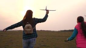 儿童游戏玩具飞机 女孩梦想飞行和成为飞行员 t 愉快的女孩姐妹跑与玩具 股票录像