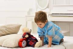 儿童游戏玩具 小男孩戏剧在家 幸福家庭和儿童节 愉快的童年 惊人的天 关心和 库存照片