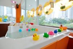 儿童游戏的小的动物玩偶和在游泳箱子学会 免版税库存图片