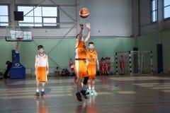 儿童游戏篮球 免版税库存照片