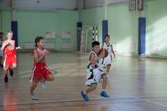 儿童游戏篮球 免版税库存图片