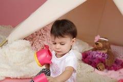 儿童游戏:假装食物、玩具和圆锥形帐蓬帐篷 免版税库存图片