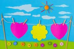 儿童游戏:牡鹿和花在蓝天 库存照片