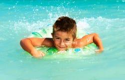 儿童游泳在海 免版税库存图片
