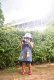 儿童照相机采取照片照片拍与照相机的年轻摄影师孩子照片 库存图片