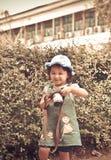 儿童照相机采取照片照片拍与照相机的年轻摄影师孩子照片 免版税图库摄影